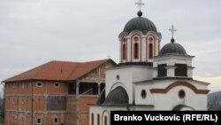 Crkva S. Jovana Krstitelja i konak u izgradnji, 'sklonište' bivšeg vladike Artemija, Ljuljaci, 1. decembar 2010