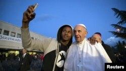 Папа Франциск фотографируется с мигрантом