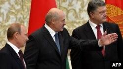Президент України Петро Порошенко, президент Білорусі Олександр Лукашенко та президент Росії Володимир Путін під час зустрічі у Мінську. Серпень 2014 року