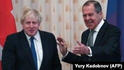Ministri i Jashtëm rus, Sergei Lavrov (djathtas) dhe ministri i Jashtëm britanik, Boris Johnson (majtas), gjatë takimit të sotëm në Moskë.