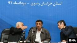 محمود احمدینژاد در میان اسفندیار رحیم مشایی (راست) و محمدرضا رحیمی