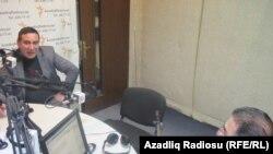 """Rəşad Məcid (solda) və """"Pen klub"""" proqramının aparıcısı İlqar Rəsul. Azadlıq Radiosunun Bakı studiyası, 10 fevral, 2011"""