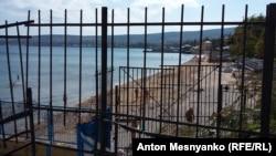 Забор на феодосийском пляже