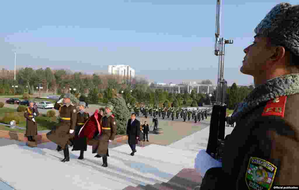 Президент Ташкентте Мустакиллик аянтында Гуманизм жана көз карандысыздык монументине, мурдагы өзбек лидери, маркум Ислам Каримовдун эстелигине гүл койду.