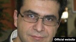 """Власис Власидис, професор по Политичка комуникација и Средства за јавно информирање на одделот за Балкански студии при Универзитетот на Западна Македонија во Флорина, Грција, познавач на спорот за името и е автор на неколку книги, меѓу кои и """"На границата"""