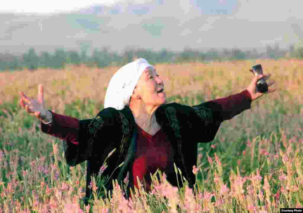 """1989-жылы он чакты чыгармачыл адамдан топ кыргыз драма театрынан бөлүнүп топ түзүп, алгачкы жолу жеке менчик """"Тунгуч"""" жаштар театрын түптөйт. Мына ошондон бери Жамал Сейдакматова аталган театрды жетектеп, жаш актерлерду тарбиялап келген."""
