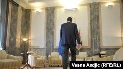 """""""Nismo navikli da nas premijer i predsednik (radi se o jednoj te istoj osobi u različitim odsecima vremena, a i to ne nužno) ostavlja na duže od nekoliko sati"""", piše Pančić"""