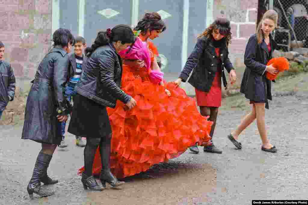 Хотя большинство гостей на свадьбе являются азербайджанцами из региона Квемо Картли (Нижнее Картли), на ней присутствуют и некоторые армянские гости из Цопи.