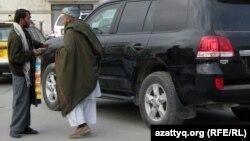 Сөйлесіп тұрған ауғандықтар. Кабул. 29 қараша 2009 жыл. (Көрнекі сурет)