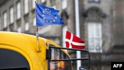 Флаги ЕС и Дании на автомобиле в Копенгагене. Иллюстративное фото.
