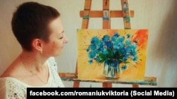 Вікторія Романюк малює картину з волошками