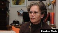 Младите се само огледало на тоа што старите го прават, вели универзитескиот професор Мирјана Најчевска.