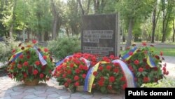 Ленин бакчасында 90нчы елларда сөргендәге кырымтатарларга куелган хатирә ташы