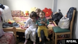 Deca u jednom od kontejnerskih naselja za Rome u Beogradu, foto: Vesna Anđić