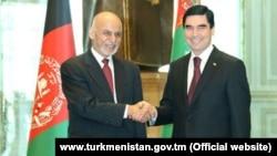 Owganystanyň prezidenti Aşraf Gani (çepde) we Türkmenistanyň prezidenti Gurbanguly Berdimuhamedow.