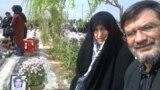 پدر و مادر محسن روحالامینی، بر مزار فرزندشان