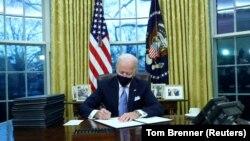 Новият американски президент Джо Байдън подписа общо 15 указа още в първите си часове в Белия дом.