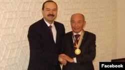Нынешний премьер-министр Узбекистана Абдулла Арипов (слева) и ныне покойный народный поэт Абдулла Орипов.