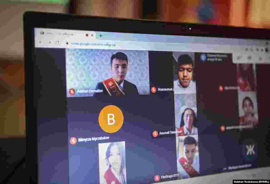 Бишкектеги №77 мектептин онлайн бүтүрүү жыйынына катышып жаткан 11-класстын окуучулары.