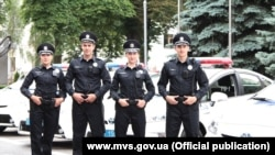 Жаңы униформачан полициячылар. Киев.