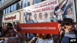 "Žurnalistler oppozision ""Jumhuriýet"" gazetiniň edarasynyň öňünde şyrgarlaryny öňe sürýärler, Stambul, 24-nji iýul, 2017"