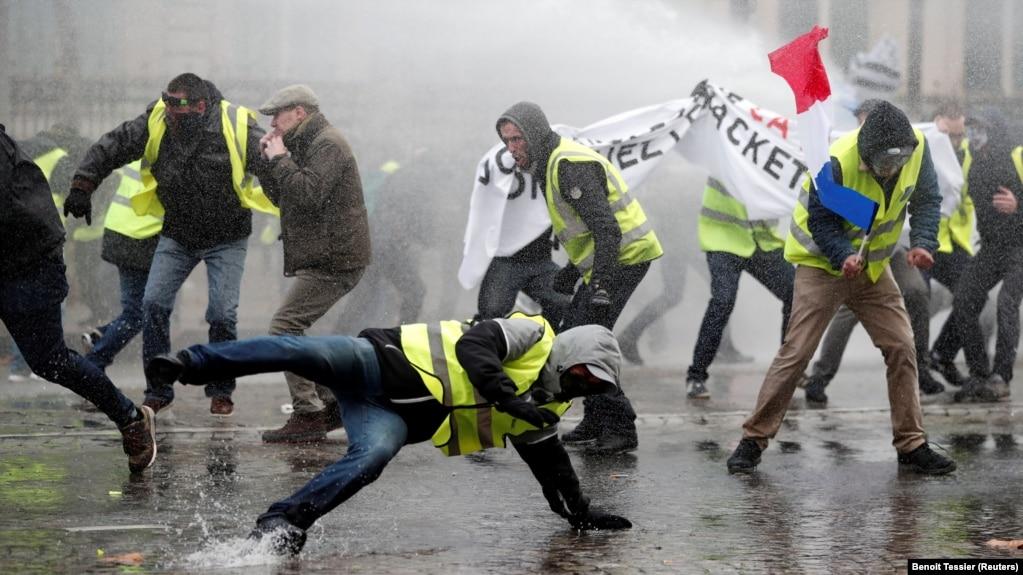 В Париже против «жёлтых жилетов» применили слезоточивый газ