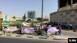 تجمع کسبه پلاسکو مقابل ساختمان بنیاد مستضعفان. یکشنبه ۱۱ تیر