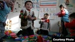 Моңғолиядағы «Балбөбек» балабақшасындағы балалар. Сурет steppenomads.org сайтынан алынған.
