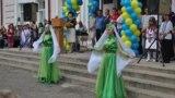 Виконання кримськотатарського танцю на урочистій шкільній лінійці. Селище Новоолексіївка Херсонської області 1 вересня 2015 року