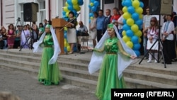 Исполнение крымскотатарского танца на торжественной школьной линейке. Поселок Новоалексеевка Херсонской области, 1 сентября 2015 года