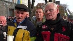 «Будемо стояти»: активісти кажуть, що не підуть, поки не задовольнять їхні вимоги (відео)