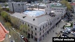 Согласно данным «Международной прозрачности – Грузия», у 10 из 24 должностных лиц тбилисского сакребуло есть определенные связи с бизнесом