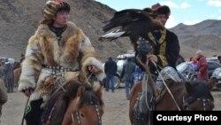 Казахские беркутчи на празднике ловчих птиц в Баян-Улгийском аймаке Монголии. 5 октября 2014 года.