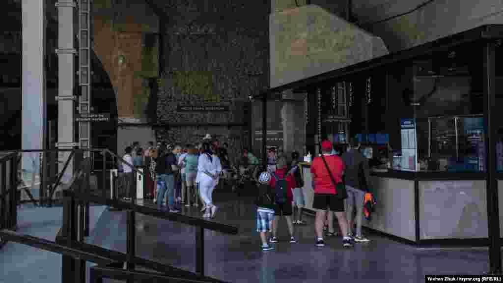 Люди біля кас в очікуванні екскурсії на «Об'єкт 825 ГТС» – підземний завод із ремонту підводних човнів