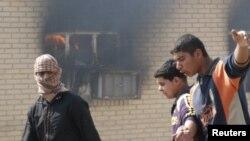 متظاهرون يشعلون النيران في مبنى مجلس محافظة واسط