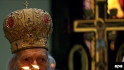 Patriarch Pavle prays at Serbian Orthodox Christmas liturgy in Belgrade in January 2007.