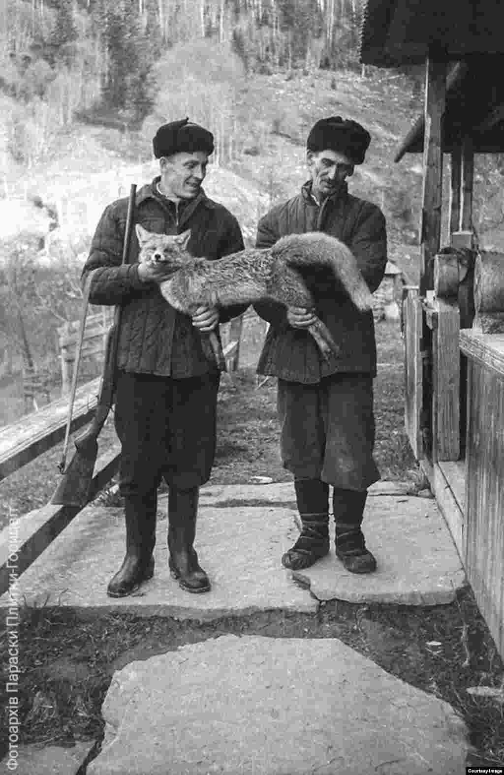 Охотники. Справа - отец Параски Плытки-Горыцвит