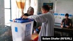 مواطن يدلي بصوته في ميسان