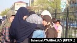 Сотталған 47 адамның туғандары сот ғимараты маңында жылап тұр. Атырау, 18 сәуір 2012 жыл.