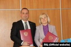 Мери окупованих Феодосії та Алчевська Володимир Титаренко і Наталя Пяткова підписали угоду про побратимські відносини 18 грудня 2017 року