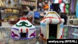 Сувенирные войлочные юрты, изготовленные в Кыргызстане, в торговой точке на рынке в Алматы. 16 июня 2016 года.