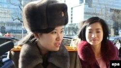 Хен Сон Воль общается с журналистами в Пекине сразу после приезда, перед заселением в отель. 11 декабря 2015 года