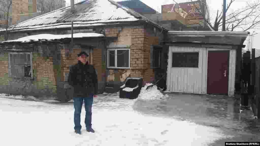 Этот дом 42-летний Адильбек Мейрамов унаследовал от отца. Но только 70 процентов, другая часть досталась родному дяде.