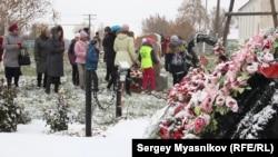 Цветы к памятнику жертвам политических репрессий