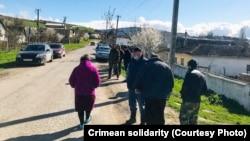 Tintüv vaqtında Taymazovlarnıñ evi yanında toplaşqan köydeşleri, 2021 senesi aprelniñ 20-si