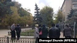 Родственники задержанных у торгового дома «Астана» собрались возле отделения полиции Илецкого района. Актобе, 21 октября 2017 года.