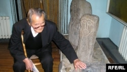 Этнограф Жағда Бабалық тарихи тасты алғаш тауып, 1988 жылы мұражайға тапсырған. Алматы, 8 қазан 2008 ж.