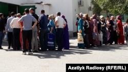 В очереди за хлебом и хлопковым маслом перед государственным магазином в Ашхабаде (архивное фото 2019 год)