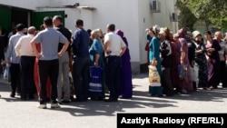Перед государственными магазинами в Туркменистане собираются огромные очереди за субсидированными продуктами, в нагрузку необходимо покупать неходовой товар, например просроченный кекс или консервы