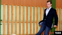Дмитрий Медведев в родной школе
